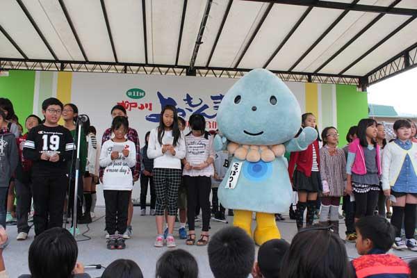 市内小学生によるこっぽりーの歌 披露