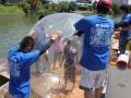 水上風船に子供が入るの図